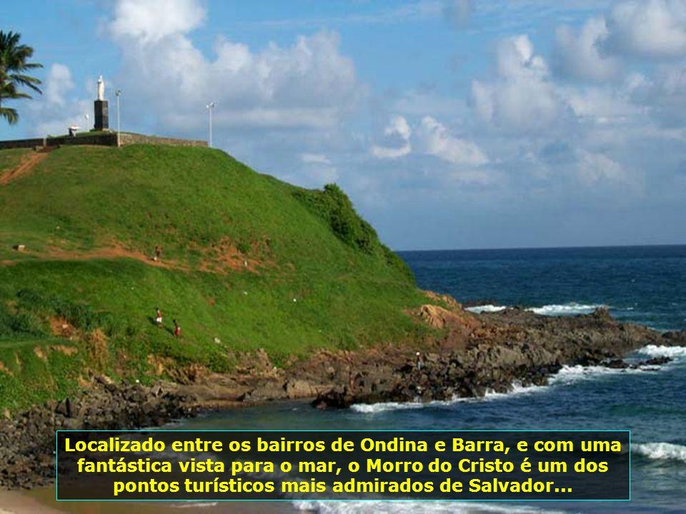 Ornada por centenas de coqueiros e cantada nos versos de Vinícius de Moraes, a Praia de Itapuã é mais uma opção de praias em Salvador. Por estar em ma