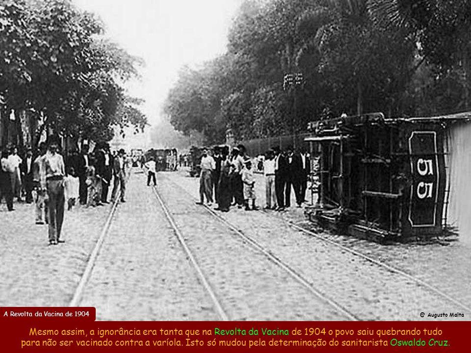Cortiço no Centro do Rio no início do século XX Com a abolição da escravatura e a migração para as cidades em virtude da 1ª crise do café em 1897, pro