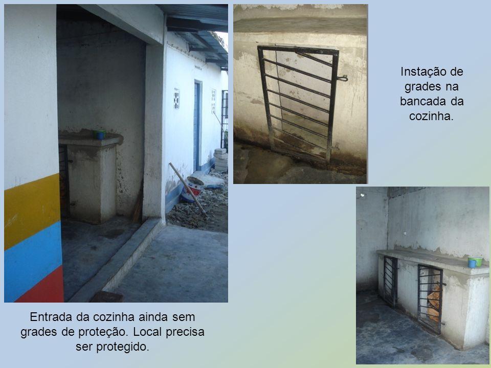 Entrada da cozinha ainda sem grades de proteção. Local precisa ser protegido. Instação de grades na bancada da cozinha.