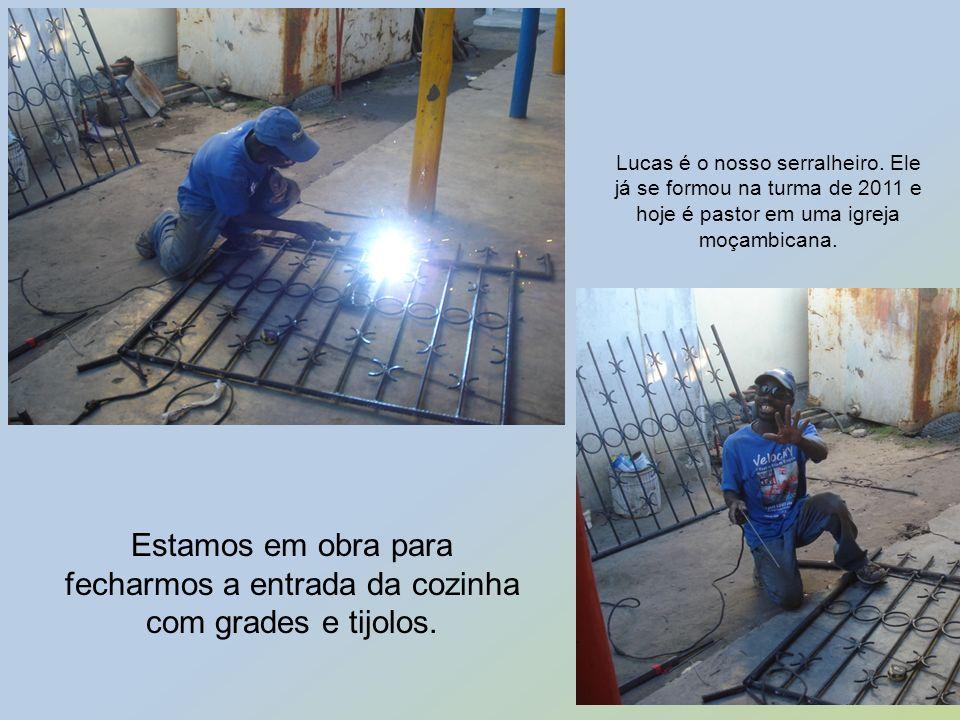Estamos em obra para fecharmos a entrada da cozinha com grades e tijolos. Lucas é o nosso serralheiro. Ele já se formou na turma de 2011 e hoje é past