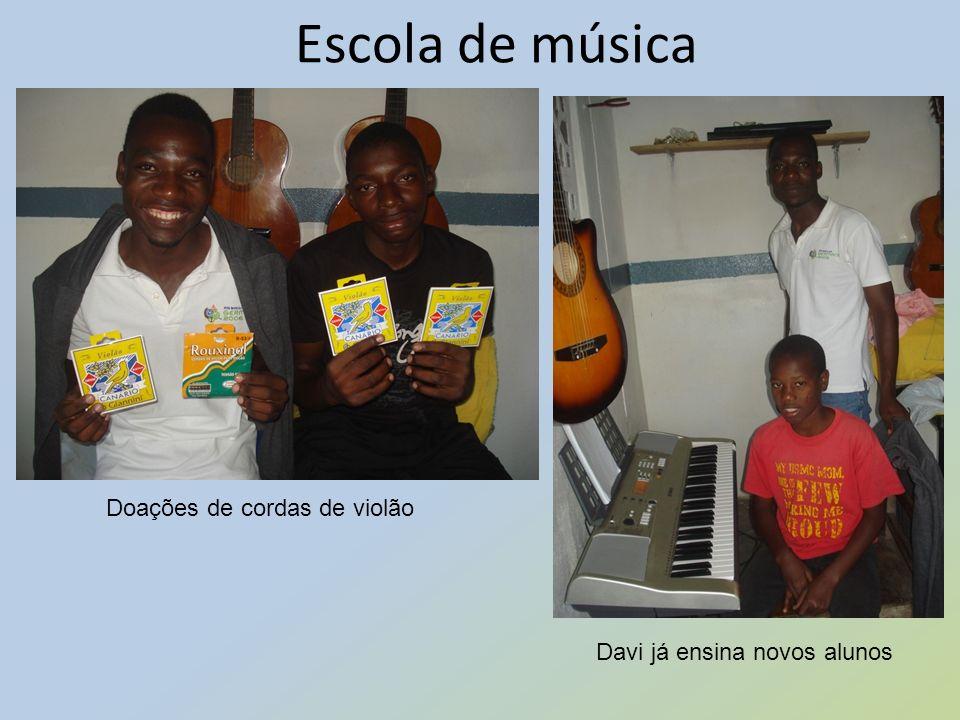 Escola de música Doações de cordas de violão Davi já ensina novos alunos