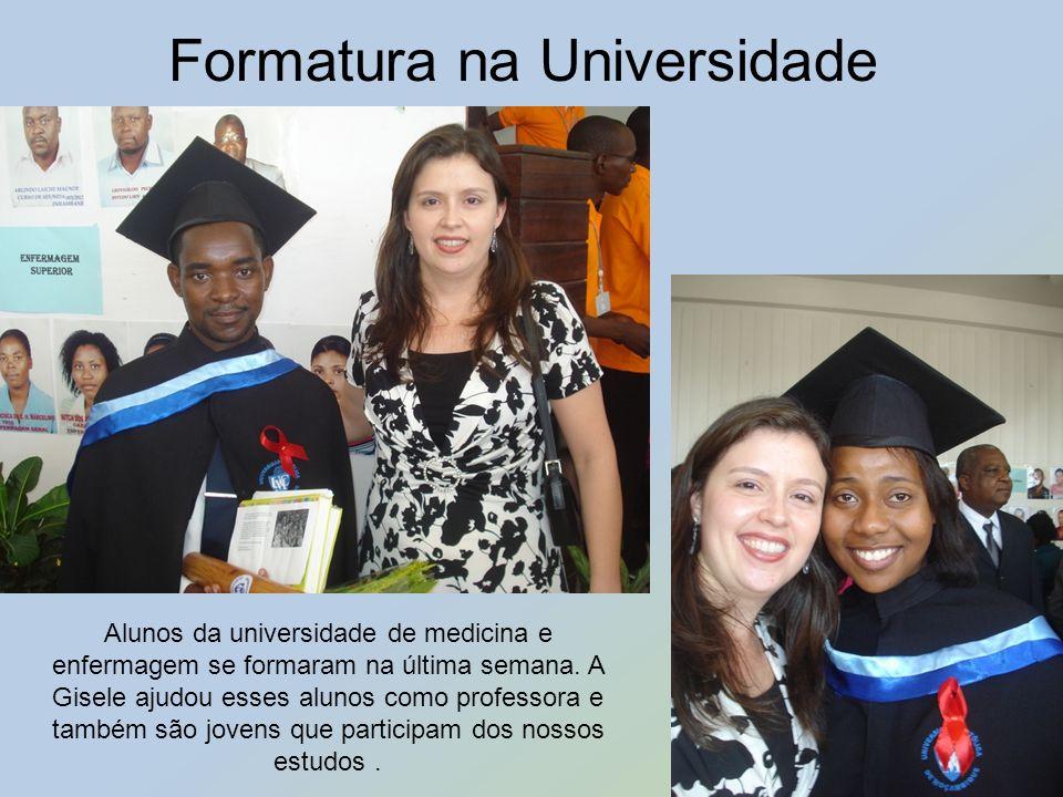 Formatura na Universidade Alunos da universidade de medicina e enfermagem se formaram na última semana. A Gisele ajudou esses alunos como professora e