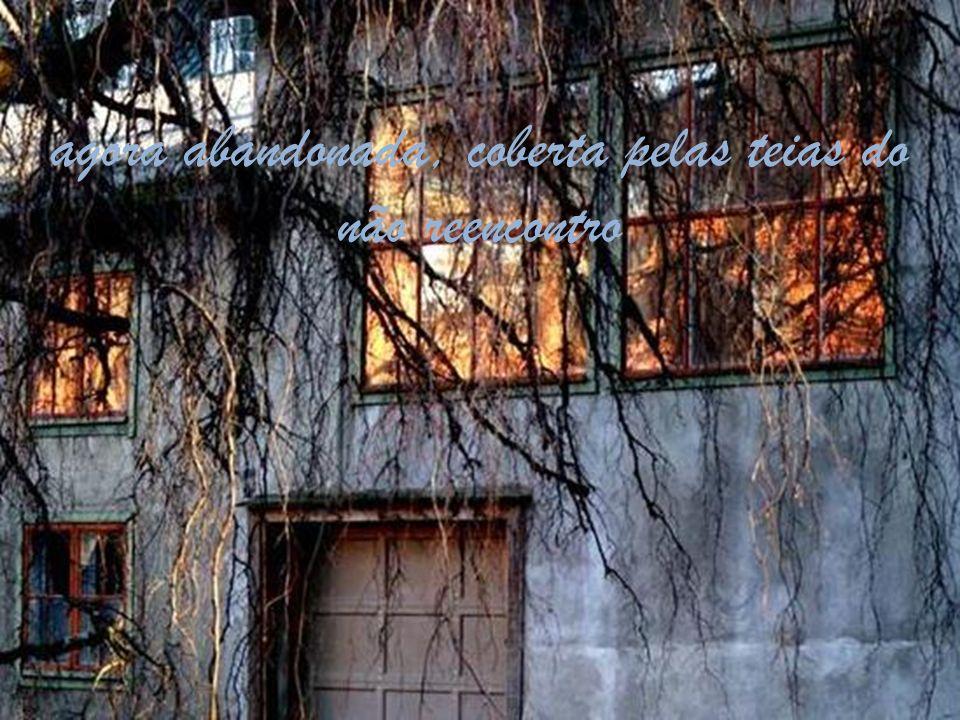 Um amor que partiu, mas deixou em nós seu fantasma arrastando correntes pela casa,