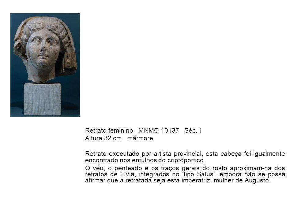 Retrato feminino MNMC 10137 Séc. I Altura 32 cm mármore Retrato executado por artista provincial, esta cabeça foi igualmente encontrado nos entulhos d