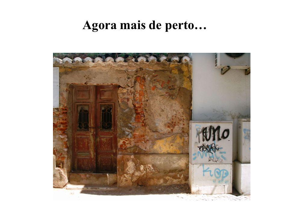 Aqui é-nos possível observar o contraste de edifícios, em pleno coração da cidade de Portimão: