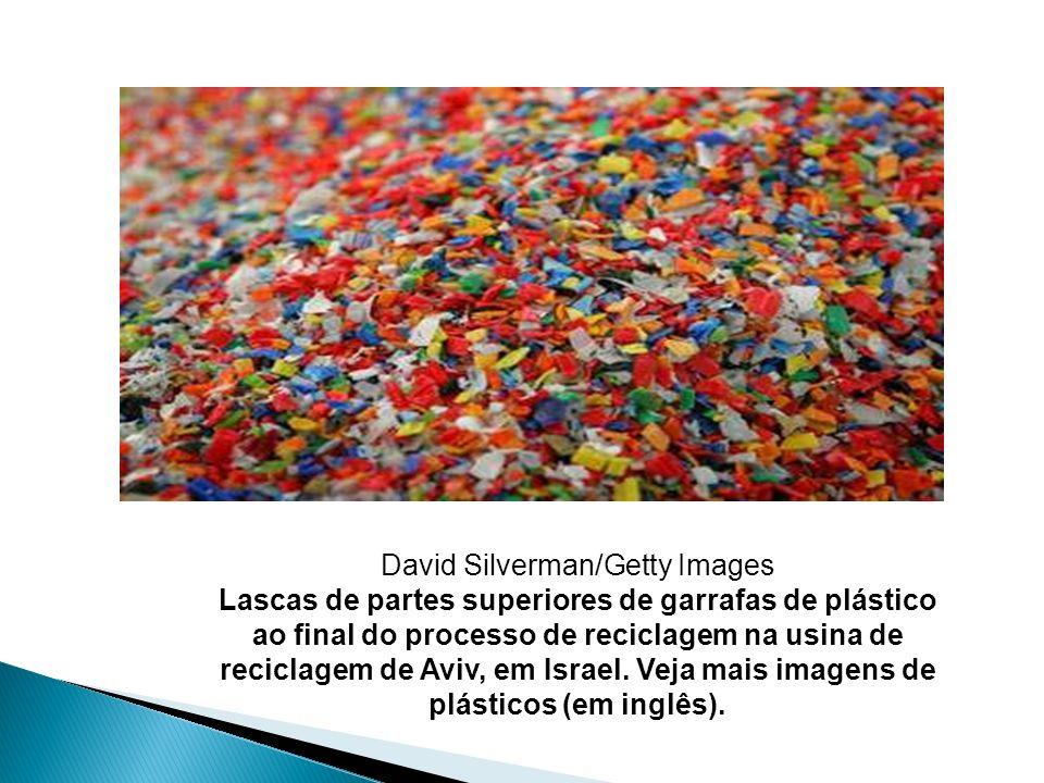 David Silverman/Getty Images Lascas de partes superiores de garrafas de plástico ao final do processo de reciclagem na usina de reciclagem de Aviv, em