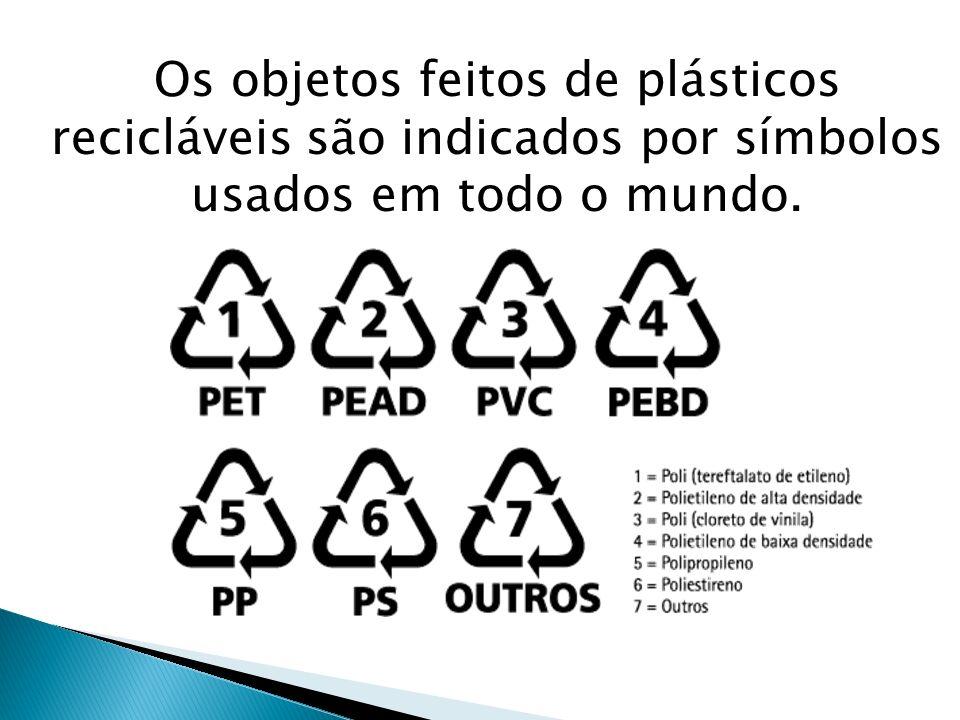 Os objetos feitos de plásticos recicláveis são indicados por símbolos usados em todo o mundo.
