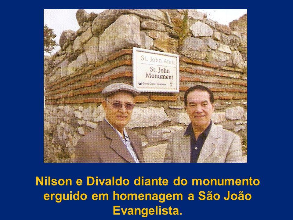 Nilson e Divaldo diante do monumento erguido em homenagem a São João Evangelista.