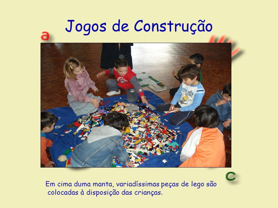 Jogos de Construção Em cima duma manta, variadíssimas peças de lego são colocadas à disposição das crianças.