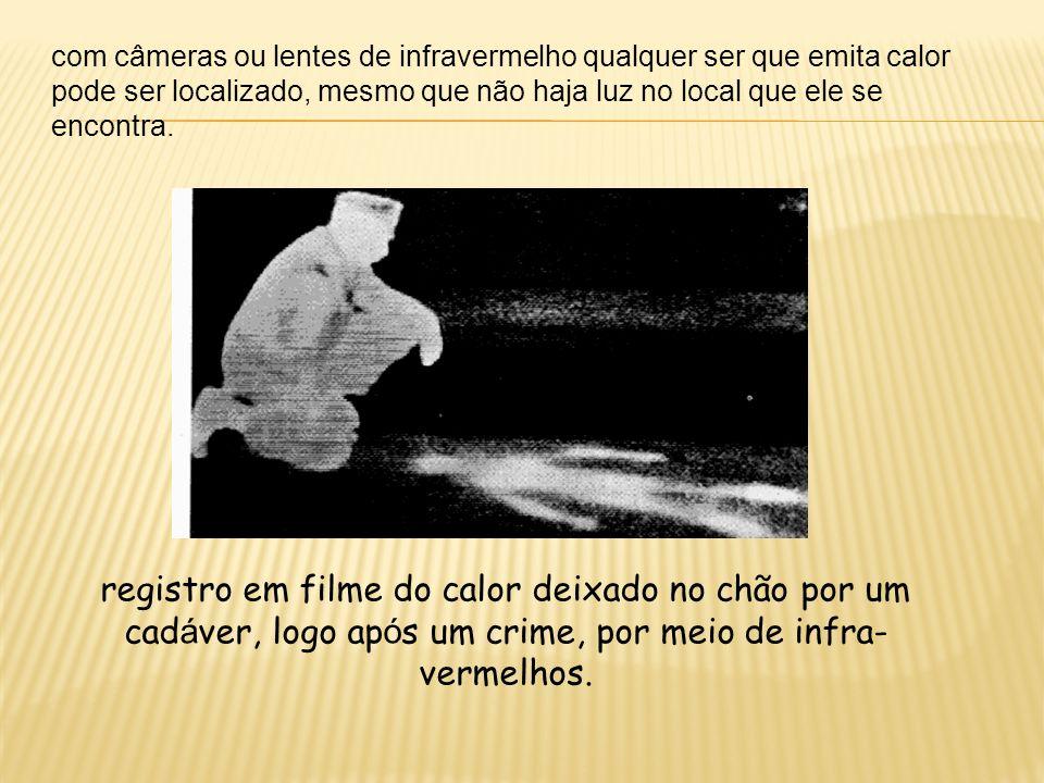 registro em filme do calor deixado no chão por um cad á ver, logo ap ó s um crime, por meio de infra- vermelhos. com câmeras ou lentes de infravermelh