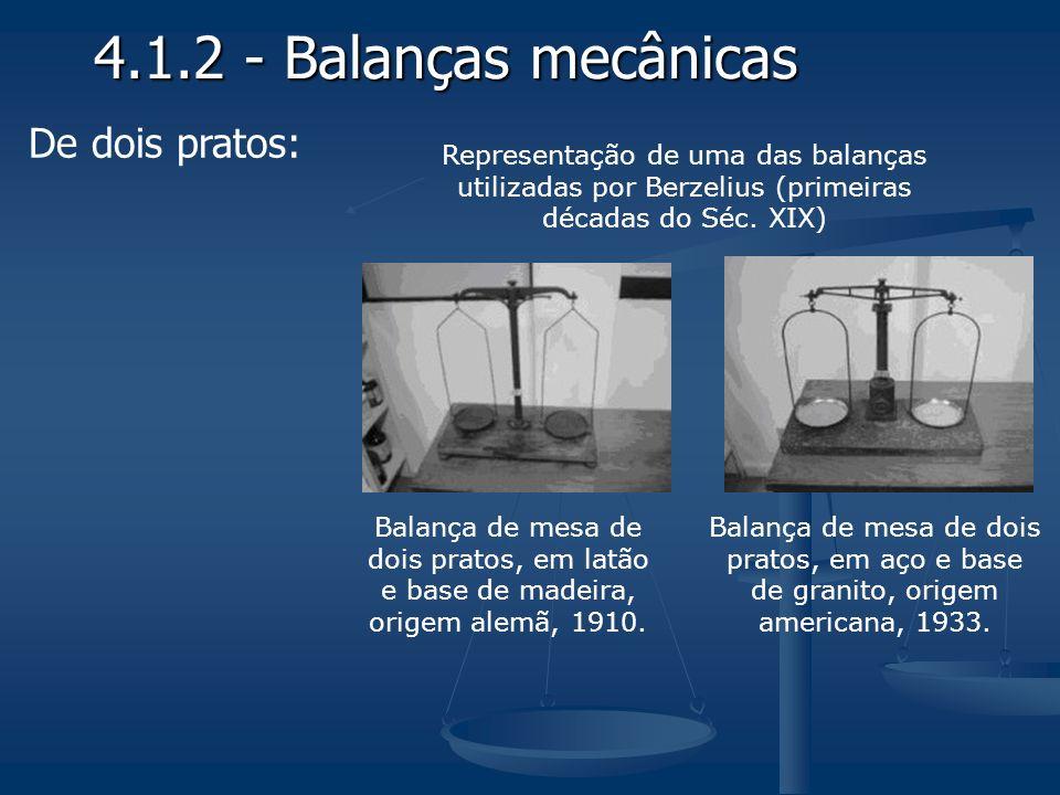 Balança de mesa de dois pratos, em latão e base de madeira, origem alemã, 1910. Balança de mesa de dois pratos, em aço e base de granito, origem ameri