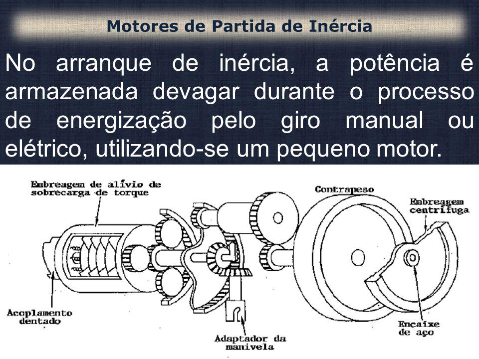 No arranque de inércia, a potência é armazenada devagar durante o processo de energização pelo giro manual ou elétrico, utilizando-se um pequeno motor