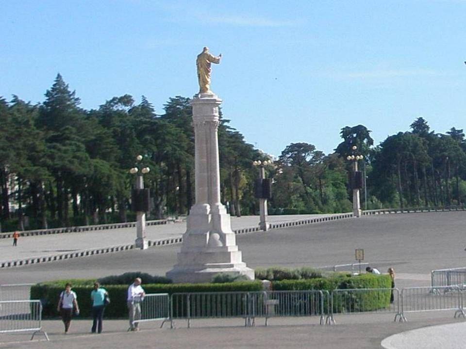 Monumento ao Sagrado Coração de Jesus Ergue-se no centro do Recinto de Oração, em frente da Capelinha das Aparições. Esta Imagem recorda-nos que a men