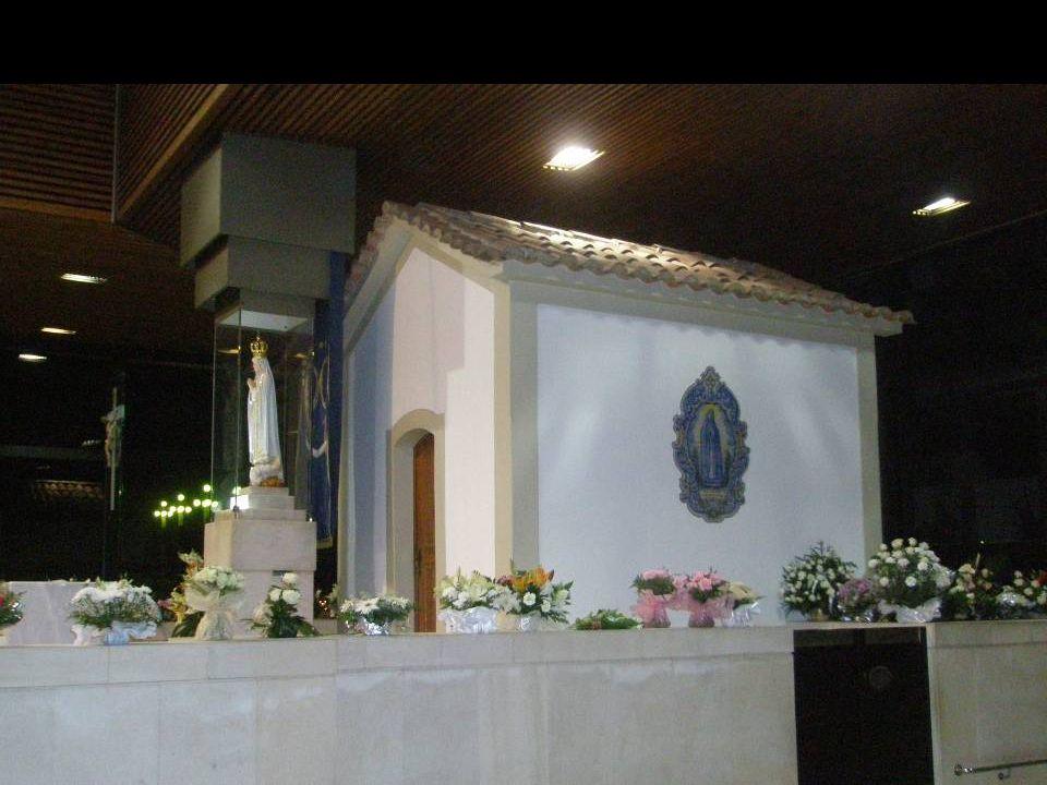 A Capelinha original foi construída em 1919. Tendo sido dinamitada na noite de 5 para 6 de Março de 1922, foi restaurada e reinaugurada em 13 de Janei