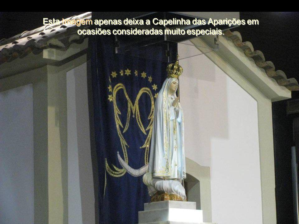 A Imagem que se venera na Capelinha foi oferecida em 1920 por Gilberto Fernandes dos Santos, de Torres Novas. É obra do escultor José Ferreira Thedim.