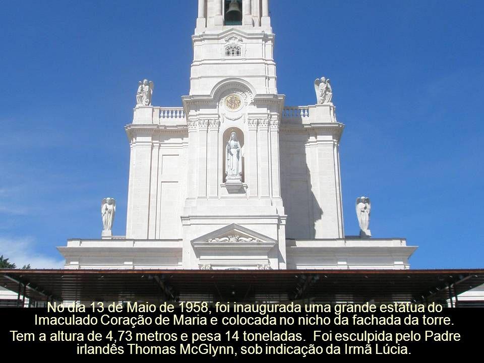 Os anjos da fachada, em mármore, são da autoria de Albano França.