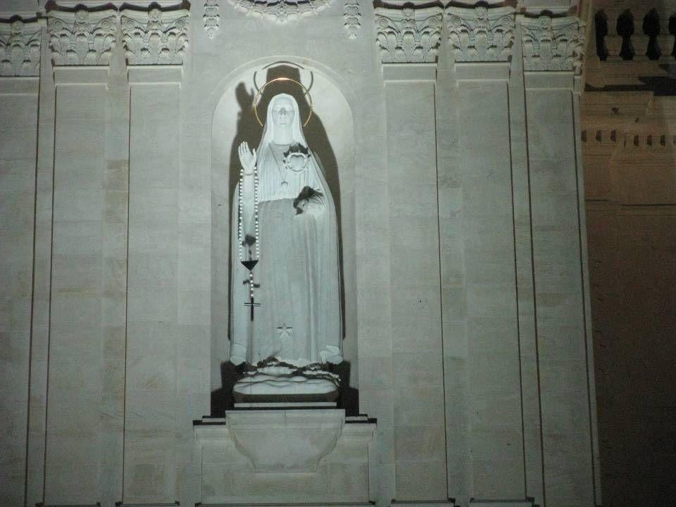 Esta imagem, oferta dos católicos americanos, evoca o conteúdo da mensagem referente à devoção ao Imaculado Coração de Maria, a que Nossa Senhora alud