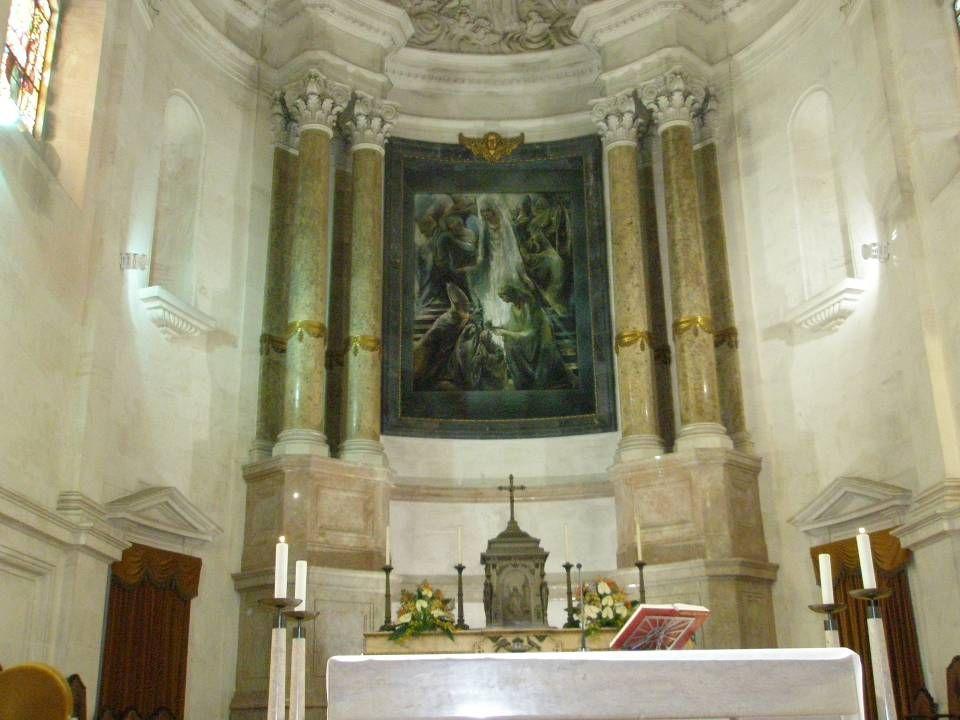 Capela - Mor Em 1995 foi remodelado o presbitério (capela-mor). Ao centro, frente ao altar primitivo, situa-se um grande altar de mármore. O ambão, a