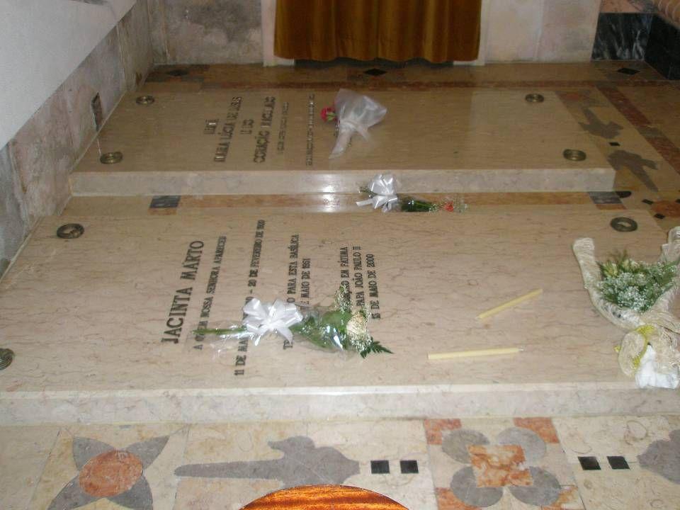 Também se encontram na Basílica os túmulos dos irmãos Francisco e Jacinta Marto, nas Capelas laterais direita e esquerda, respectivamente. Junto deste