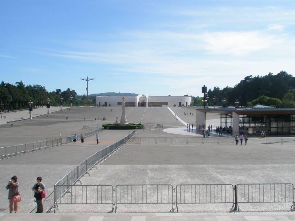 A intenção de construir uma nova igreja no Santuário de Fátima surgiu em 1973. Já nessa altura se verificava que a Basílica não tinha capacidade para
