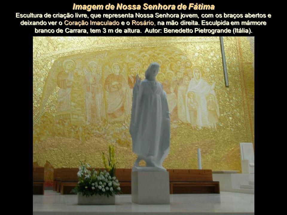 Crucifixo - Esculpido em bronze e suspenso sobre o altar, tem 7,5 m de altura e encontra-se sobreposto ao Cordeiro do painel. Representa Cristo que se