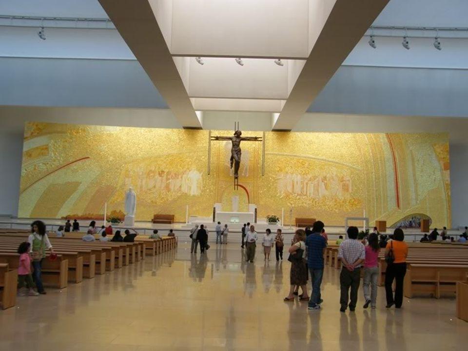 Painel do Presbitério A parede atrás do altar é decorada por um grande painel que tem cerca de 500 m 2 (50 m de comprimento e 10 m de largura) da auto