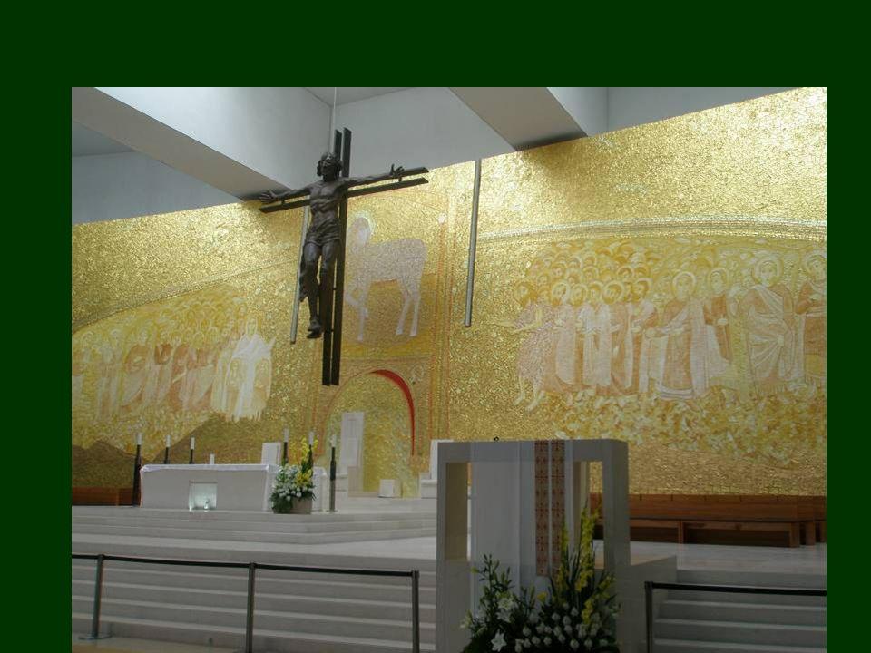 À direita e à esquerda do Cordeiro está representada a multidão de Anjos e de Santos. O Cordeiro é formado pela cor do ouro e por tonalidades de branc