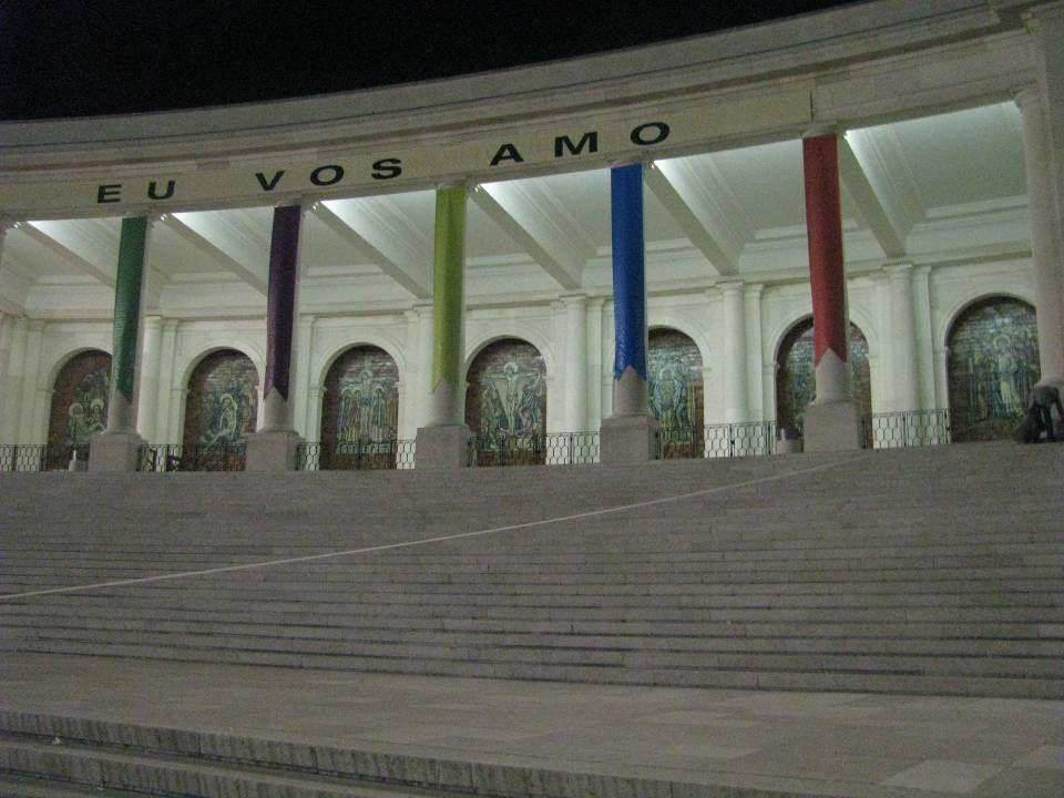 Os 14 painéis da Via-Sacra, em cerâmica policromada, foram executados na Fábrica Viúva Lamego, de Lisboa, segundo desenho de Lino António, em colabora