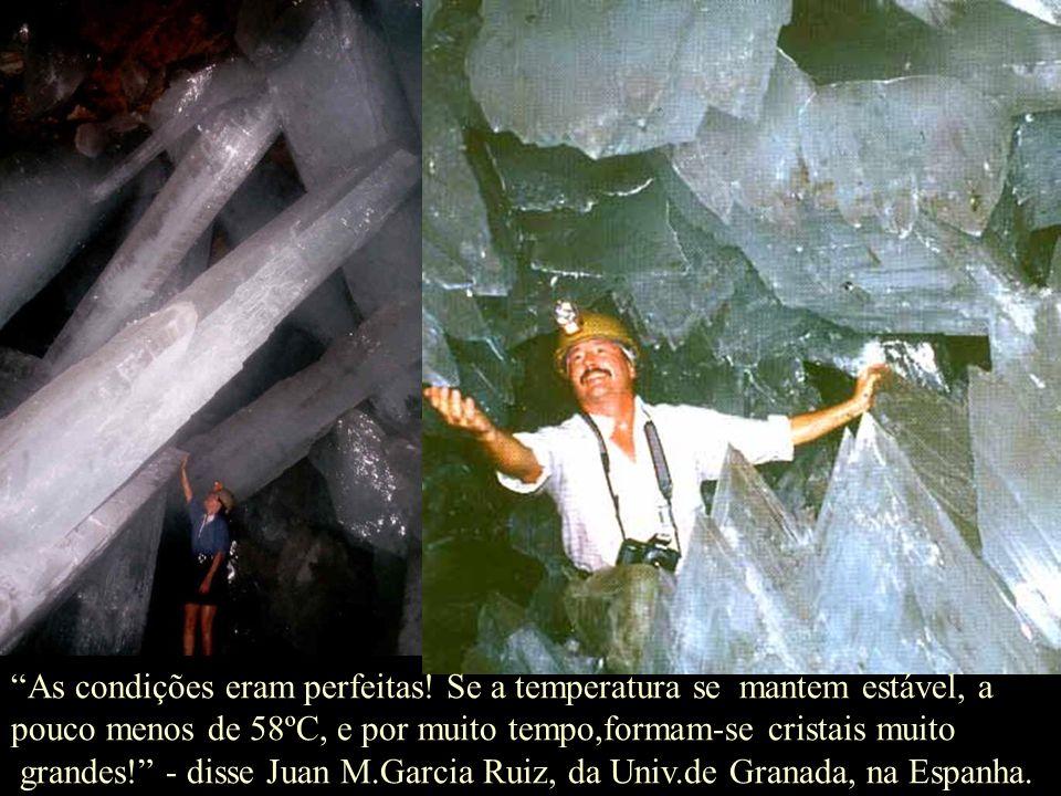 As águas subterrâneas nestas cavernas, ricas em enxôfre dos depósitos adjacentes, começaram a dissolver as paredes de pedra calcária, liberando grande
