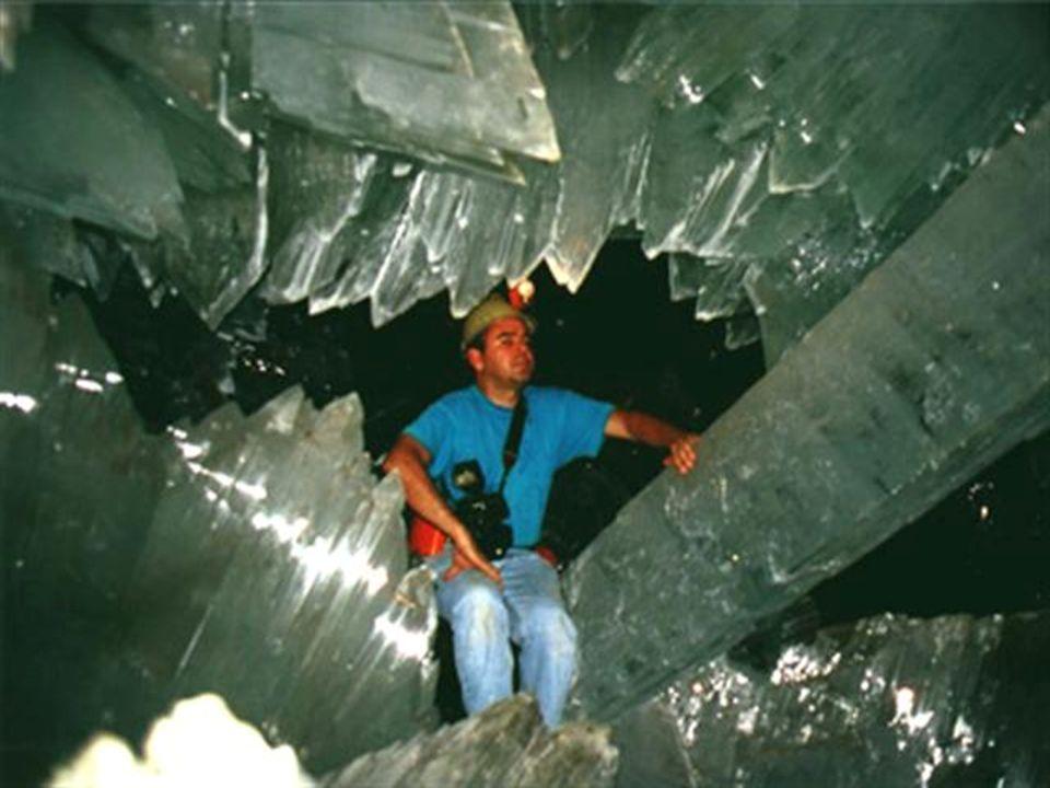 Além das colunas de cristais com 3 metros de diâmetro e 11 metros de comprimento, a caverna contêm várias fileiras de cristais no teto e no chão, lemb