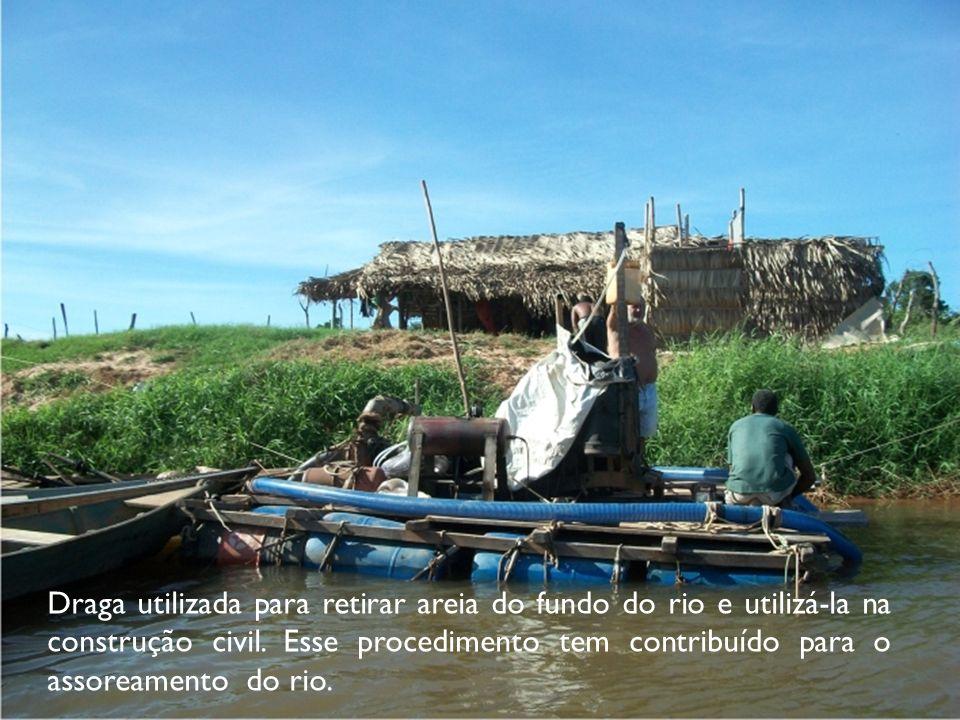 Draga utilizada para retirar areia do fundo do rio e utilizá-la na construção civil. Esse procedimento tem contribuído para o assoreamento do rio.
