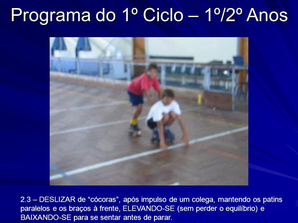 2.3 – DESLIZAR de cócoras, após impulso de um colega, mantendo os patins paralelos e os braços à frente, ELEVANDO-SE (sem perder o equilíbrio) e BAIXA