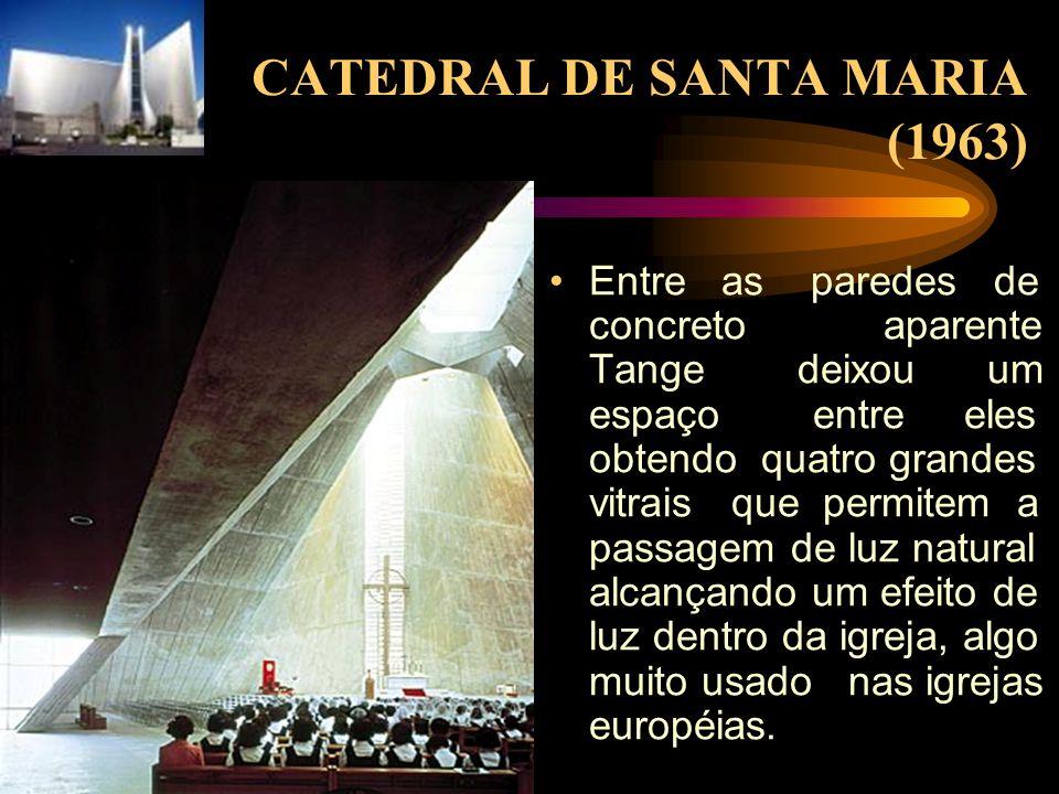 CATEDRAL DE SANTA MARIA (1963) Entre as paredes de concreto aparente Tange deixou um espaço entre eles obtendo quatro grandes vitrais que permitem a p