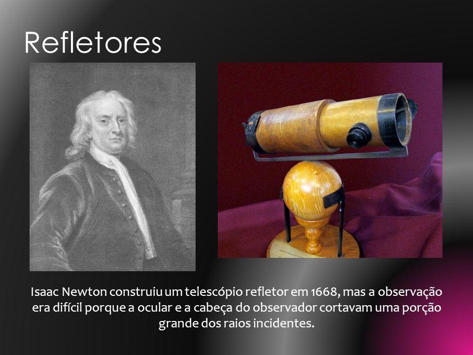 Isaac Newton construiu um telescópio refletor em 1668, mas a observação era difícil porque a ocular e a cabeça do observador cortavam uma porção grand