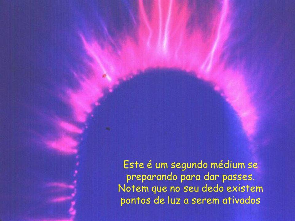 O mesmo médium durante a aplicação do passe magnético. Perceba o jato de luz que sai da ponta dos dedos. É o seu campo de energia ativado
