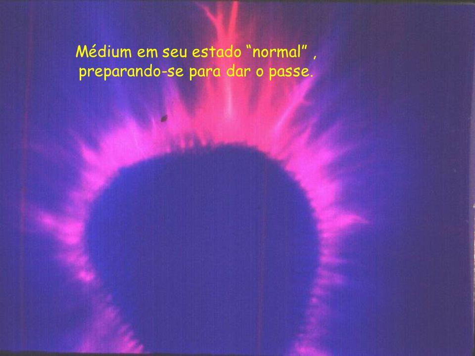 O médium anterior, na atividade do passe. Notem que parece um Sol radiante. Na verdade o Sol emite para a Terra energia magnética em forma de luz e ca