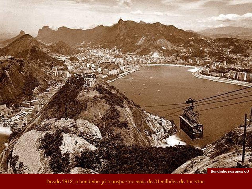 Os cabos do trecho Praia Vermelha-Morro da Urca têm 575 m e os do Morro da Urca-Pão de Açúcar, 750 m. Homens fazendo manutenção nos cabos