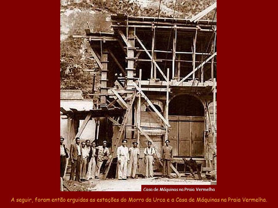 Já no topo, os alpinistas montaram o guincho manual e, com as cordas que levaram, içaram o pesado cabo de aço que estava na base do morro. Daí, constr