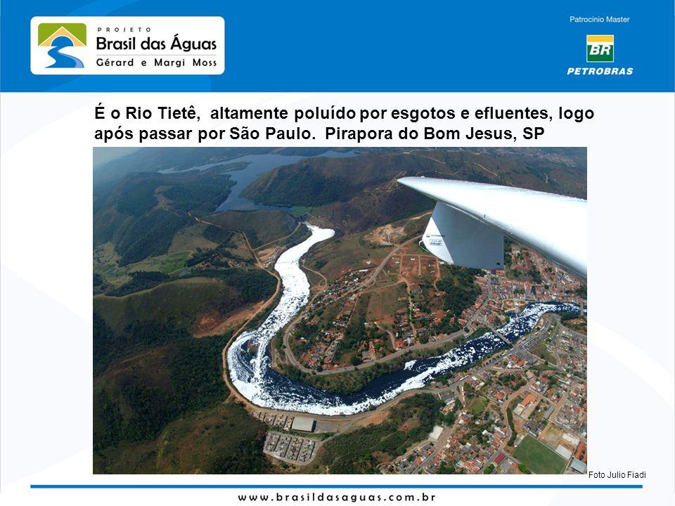 É o Rio Tietê, altamente poluído por esgotos e efluentes, logo após passar por São Paulo. Pirapora do Bom Jesus, SP Foto Julio Fiadi