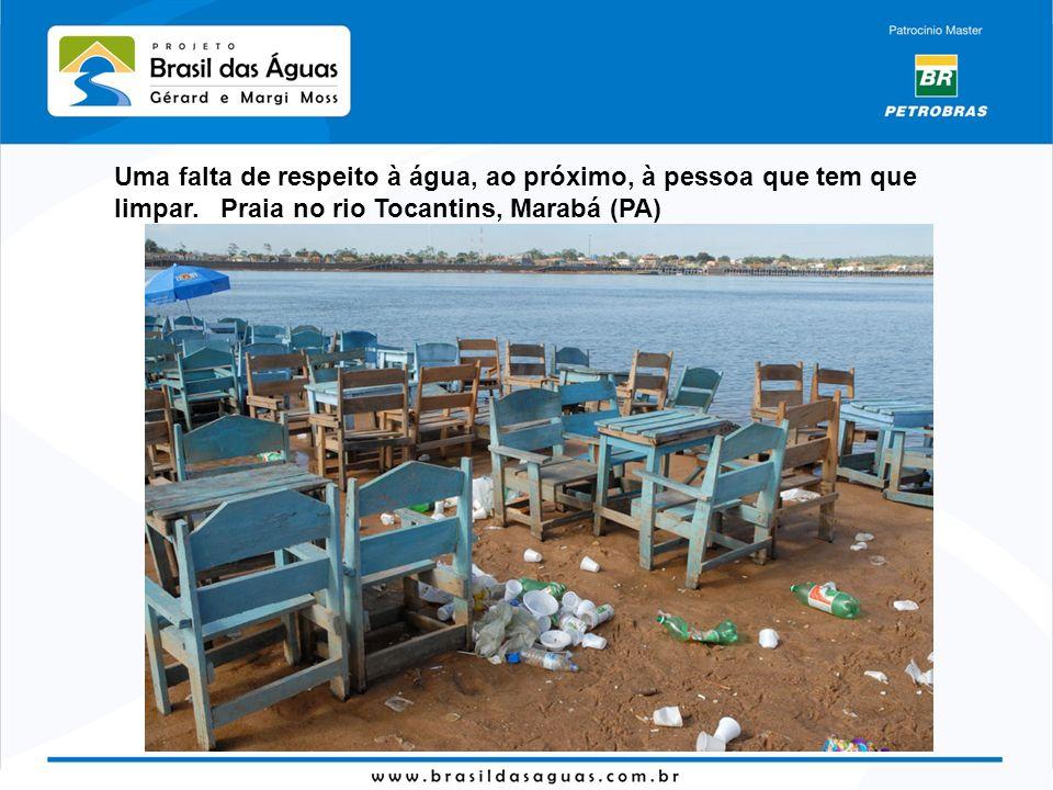 Uma falta de respeito à água, ao próximo, à pessoa que tem que limpar. Praia no rio Tocantins, Marabá (PA)