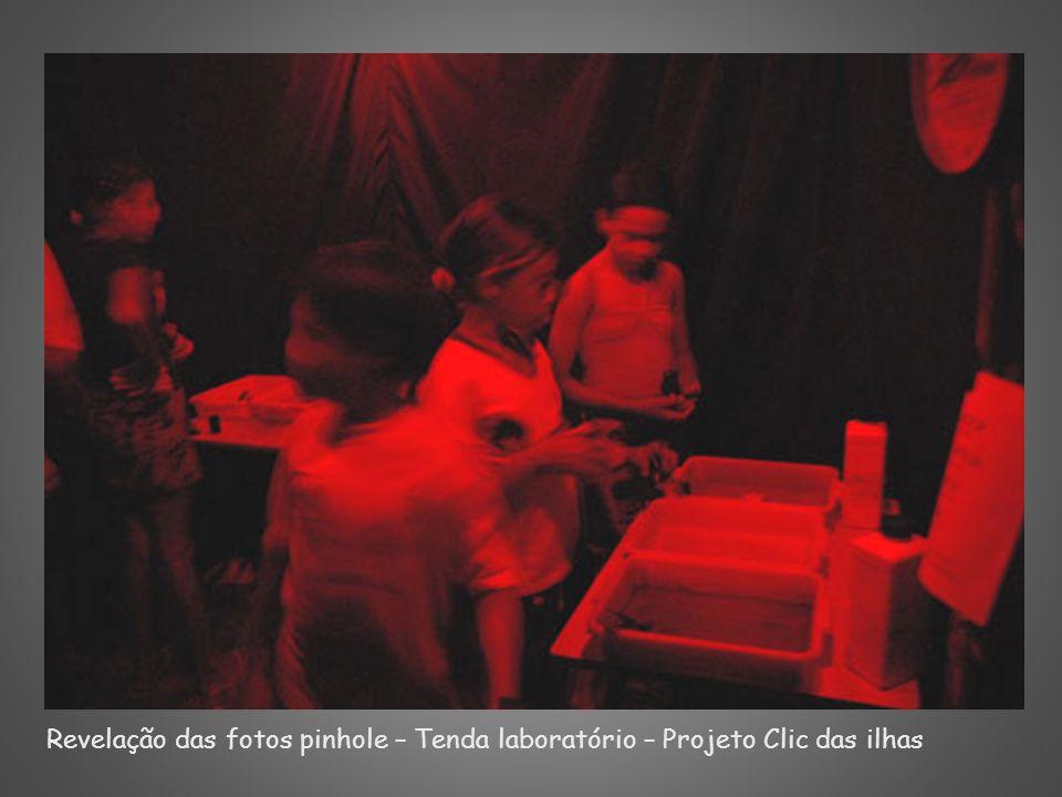 Revelação das fotos pinhole – Tenda laboratório – Projeto Clic das ilhas