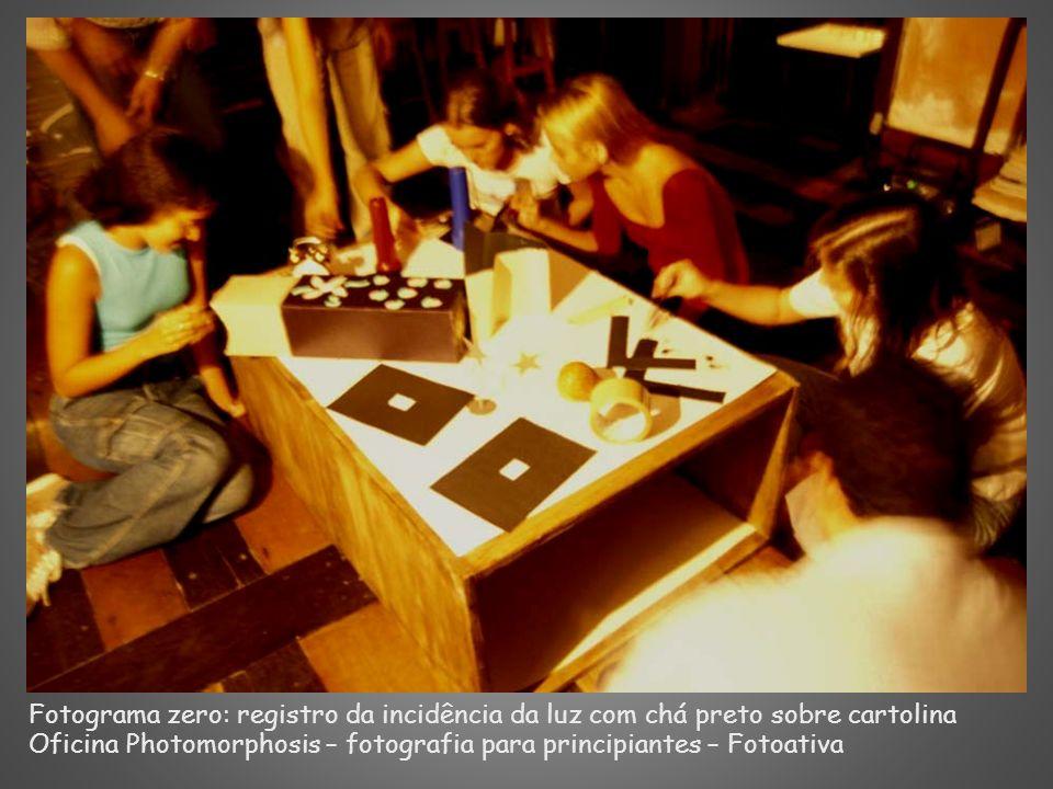 Fotograma zero: registro da incidência da luz com chá preto sobre cartolina Oficina Photomorphosis – fotografia para principiantes – Fotoativa