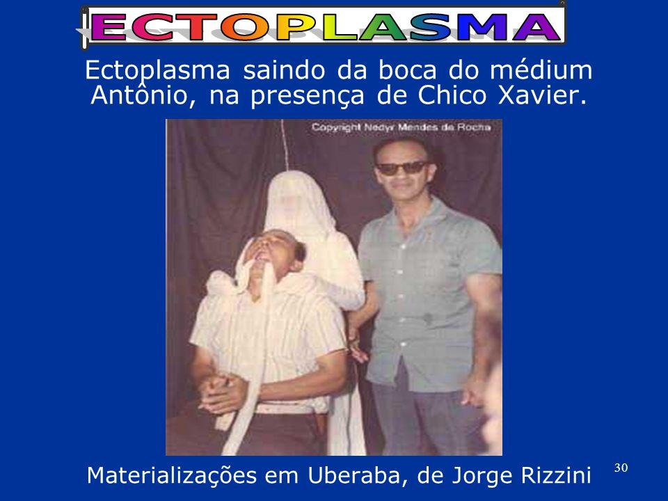 Ectoplasma saindo da boca do médium Antônio, na presença de Chico Xavier. Materializações em Uberaba, de Jorge Rizzini 30