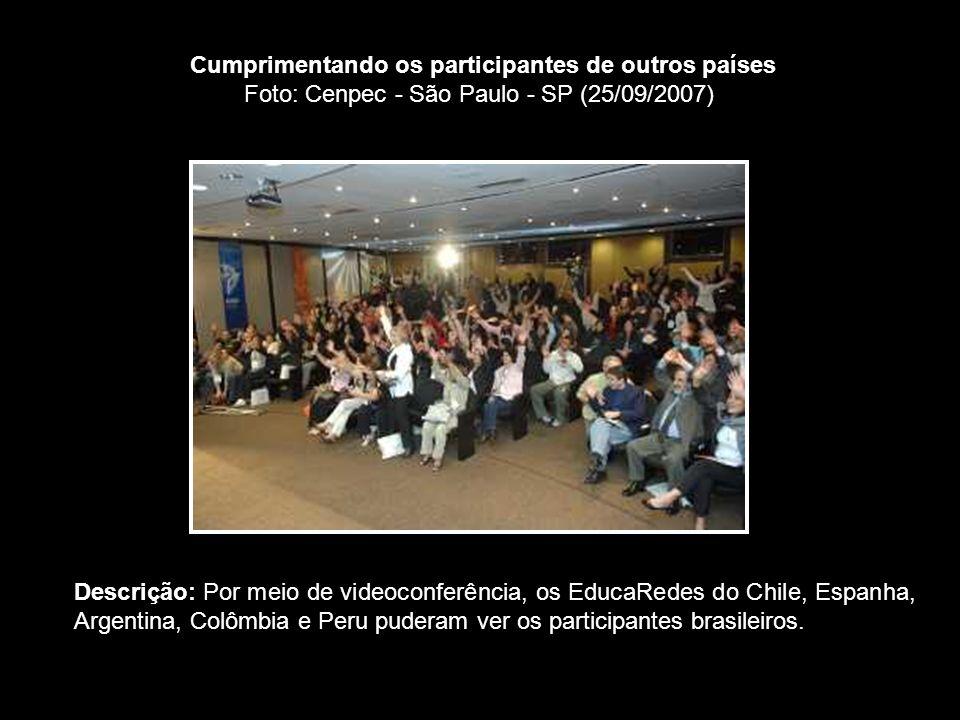 Cumprimentando os participantes de outros países Foto: Cenpec - São Paulo - SP (25/09/2007) Descrição: Por meio de videoconferência, os EducaRedes do Chile, Espanha, Argentina, Colômbia e Peru puderam ver os participantes brasileiros.