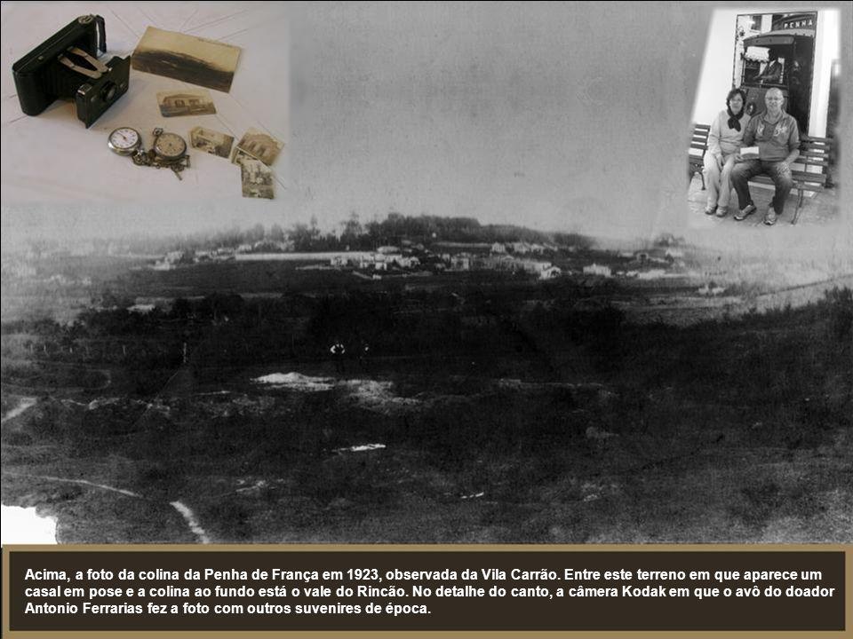 Acima, a foto da colina da Penha de França em 1923, observada da Vila Carrão. Entre este terreno em que aparece um casal em pose e a colina ao fundo e