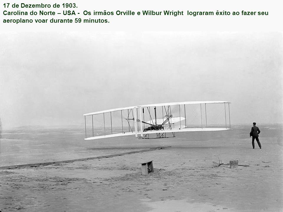17 de dezembro de 1903: Os Irmãos Wright realizam o primeiro voo de aeroplano chamado Wright Flyer.