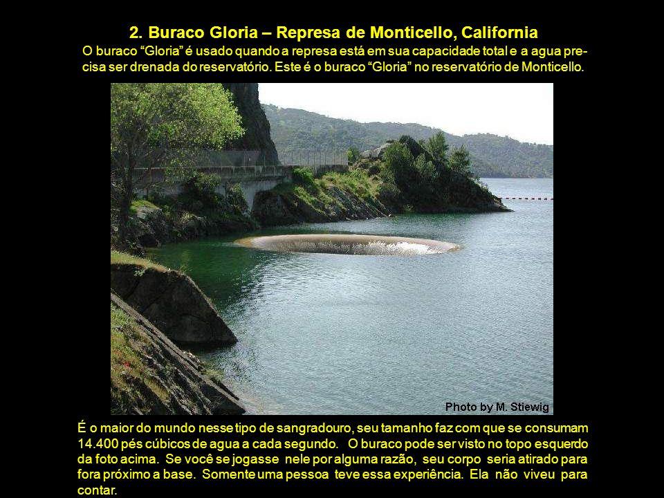 2. Buraco Gloria – Represa de Monticello, California O buraco Gloria é usado quando a represa está em sua capacidade total e a agua pre- cisa ser dren