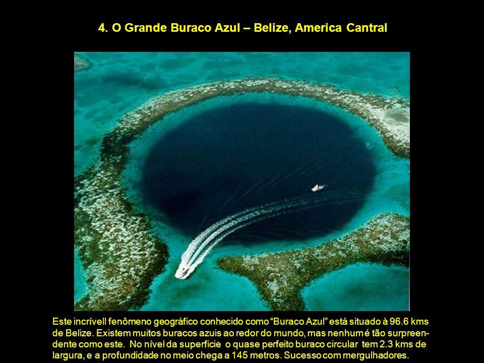 4. O Grande Buraco Azul – Belize, America Cantral Este incrívell fenômeno geográfico conhecido como Buraco Azul está situado à 96.6 kms de Belize. Exi