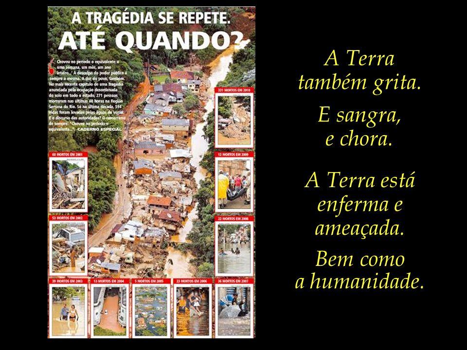 Criança de nove anos de idade, vítima dos deslizamentos, é enterrada em Petrópolis/RJ.