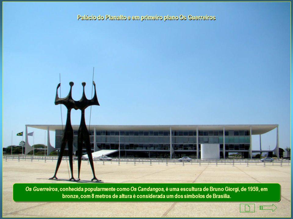 Palácio do Planalto Inaugurado em 21/04/1960, abriga a sede do Poder Executivo. É também conhecido como Palácio dos Despachos. Foi projetado por Oscar
